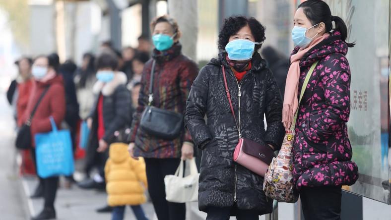 Wuhan, mieszkańcy w maskach