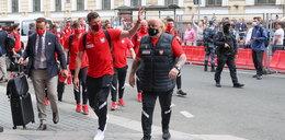 Reprezentacja Polski jużw Sankt Petersburgu. Kibice powitali piłkarzy przed hotelem