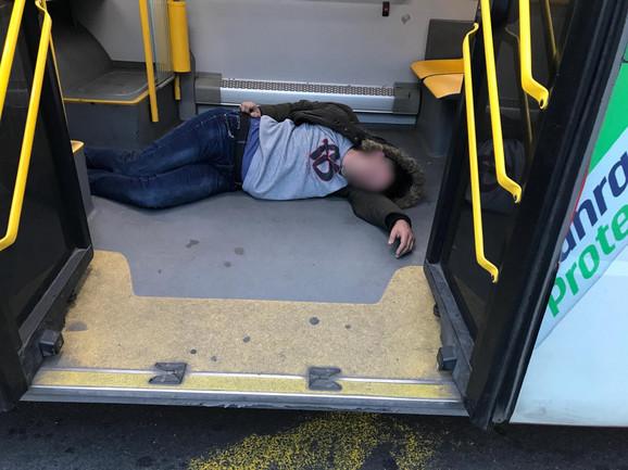 Muškarac je ležao na podu bez svesti
