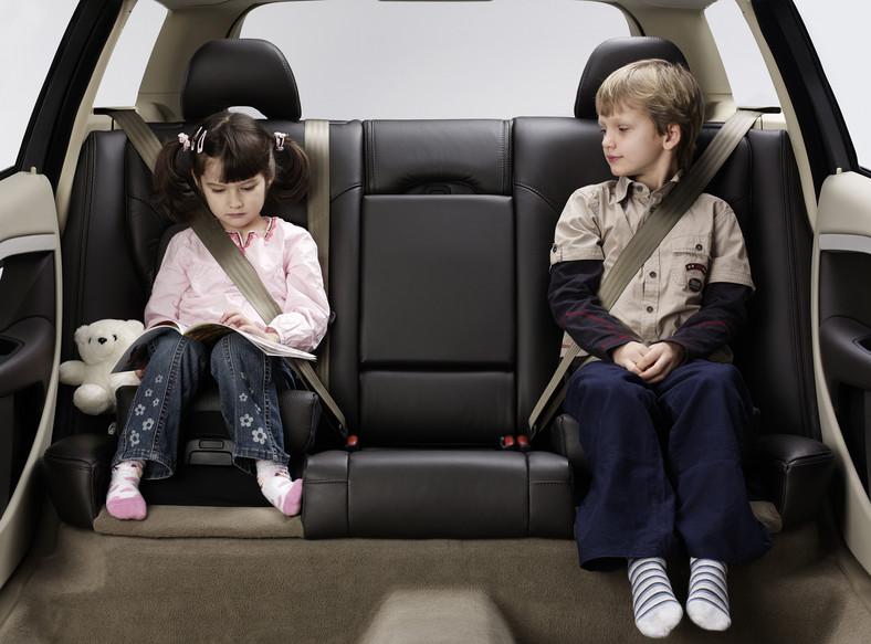 Przeciętny Polak wie, że prawo nakazuje zapinania pasów w samochodach