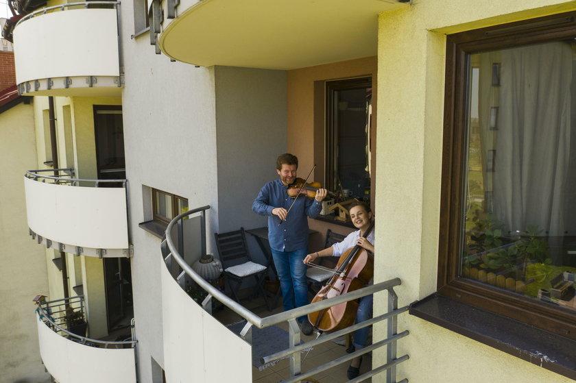 Para muzyków z Będzina gra koncerty na balkonie
