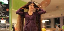 Stała się niewolnicą swoich włosów. Dlaczego to robi?