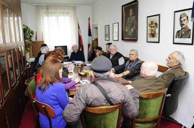Članovi Udruženja logoraša Jasenovac na sastanku u prostorijama Saveza boraca NOB-a