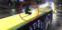 Szaleniec jechał na dachu autobusu