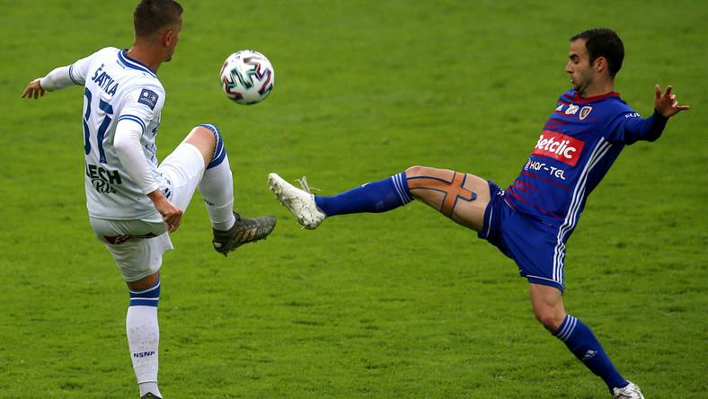 Piłkarz Piasta Gliwice Jorge Felix (P) i Lubomir Satka (L) z Lecha Poznań podczas meczu grupy mistrzowskiej Ekstraklasy