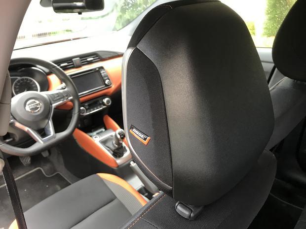 Tylko w zagłówku kierowcy wbudowano małe głośniki Bose. Z tyłu w drzwiach jednak nie ma żadnego głośnika. Micra