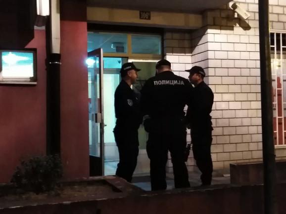 Policajci su i ispred zgrade u Gandijevoj ulici