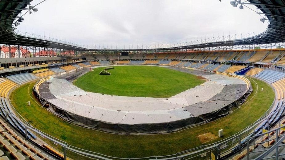 Folia na stadionie Stali