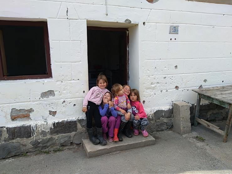 Kraljevo 01 - Pet sestara ispred kuće - Foto N. Božović