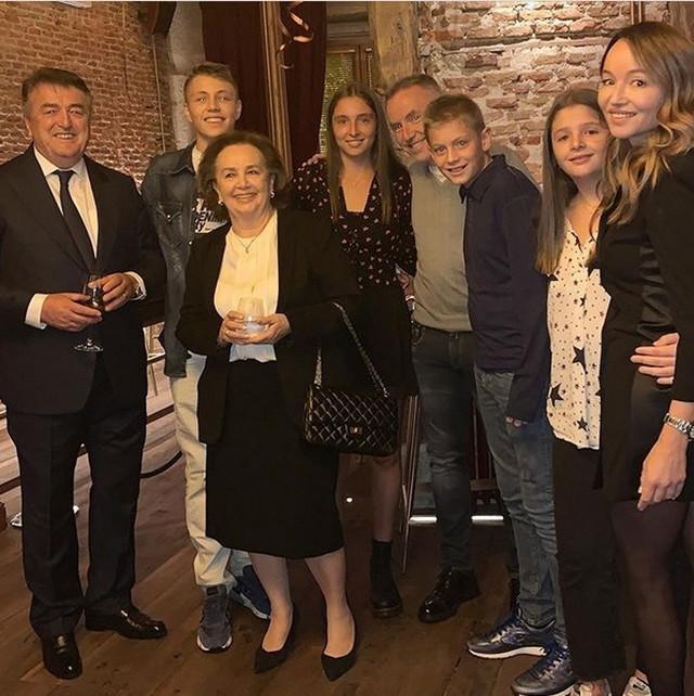 Dušan Antić, četvrti s desne strane, na porodičnom okupljanju