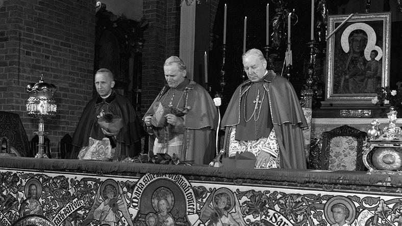 Od prawej prymas Polski kardynał Stefan Wyszyński, metropolita krakowski kardynał Karol Wojtyła, arcybiskup Antoni Baraniak. Fot.PAP/Eugeniusz Wołoszczuk