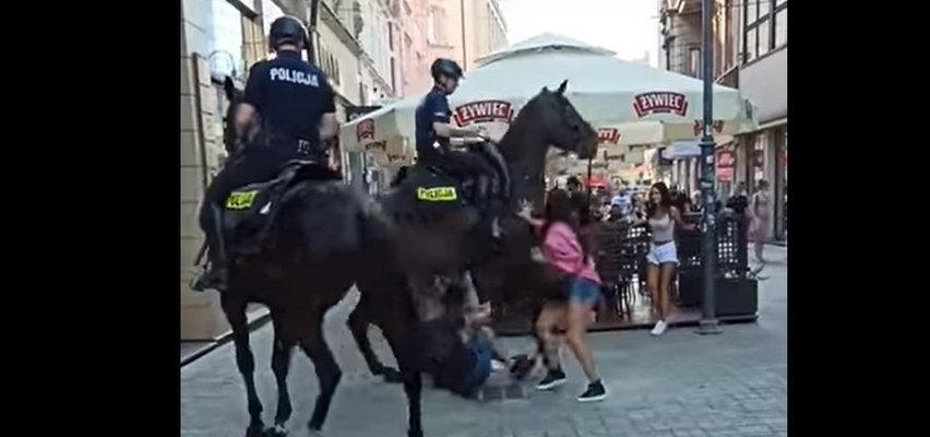 Policyjne konie niemal stratowały mężczyznę w Katowicach. Te patrole miały być dla bezpieczeństwa!