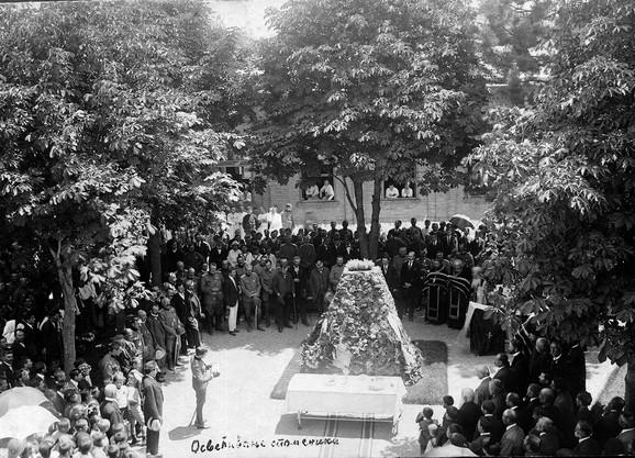 Osvećenje spomenika umrlim od pegavog tifusa u Moravskoj stalnoj vojnoj bolnici kod Ćele-kule u Nišu, 1915.