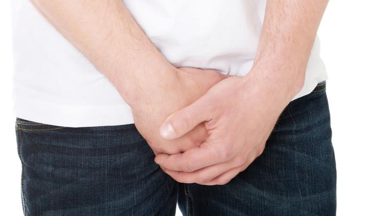 Rak prostaty rozwija się powoli i we wczesnym stadium nie daje charakterystycznych objawów. Początkowo ograniczony jest do stercza, a w toku rozwoju nacieka tkanki otaczające gruczoł krokowy i tworzy przerzuty w węzłach chłonnych. Dlatego tak istotne są badania, których mężczyźni często unikają