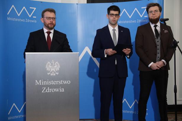 Minister zdrowia Łukasz Szumowski oraz członkowie Porozumienia Rezydentów OZZL Łukasz Jankowski i Jarosław Biliński