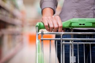 Deflacja i długi zatapiają sklepy