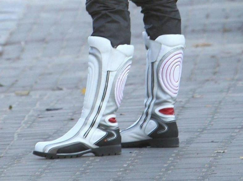 Radosław Majdan w białych kozaczkach