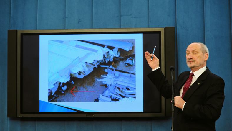 Macierewicz: Była eksplozja, która oderwała skrzydło
