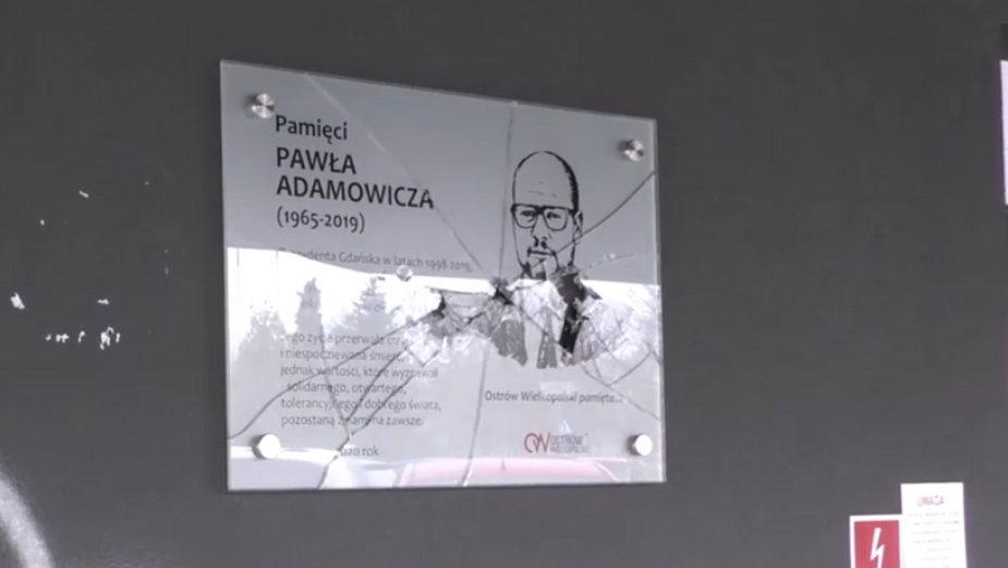 Ostrów Wlkp.: tablica poświęcona Pawłowi Adamowiczowi została zniszczona