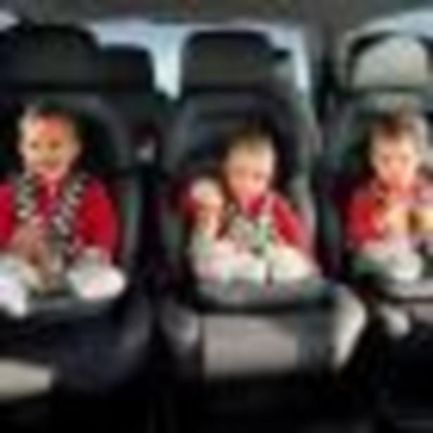 Z prawa o ruchu drogowym wynika, że dziecko do 12 lat, nie przekraczające 150 cm wzrostu, przewozi się w foteliku (lub podstawce). Fotelik musi być dobrany odpowiednio do wagi i wzrostu dziecka oraz spełniać właściwe warunki techniczne – czyli mieć atest