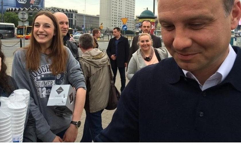 Andrzej Duda rozdaje kawę