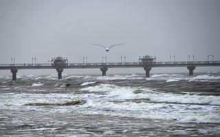 Orkan Grzegorz dotarł do Polski: W Świnoujściu wiatr uszkodził rurociąg w gazoporcie