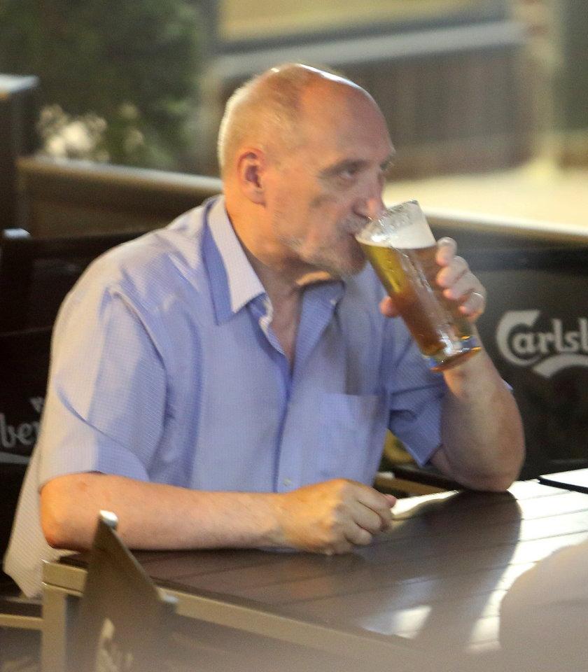 Macierewicz w upał woli piwo