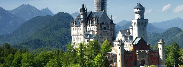 1. miejsce: Zamek Neuschwanstein – ten bajkowy pałac został wybudowany na zlecenie króla Ludwika II Bawarskiego, słynącego ze swojej rozrzutności. Styl w którym został wybudowany jest mieszanką stylów: neoromańskiego, pseudomauretańskiego oraz neogotyckiego. Co roku ponad milion osób odwiedza zamek, który stał się największą atrakcją turystyczną Bawarii.