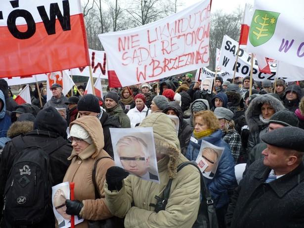 Manifestacja przed gmachem resortu sprawiedliwości w Warszawie przeciwko łączeniu sądów w ich miastach z innymi sądami rejonowymi. Fot. Urząd Miasta Sochaczew