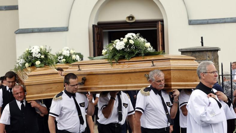 Kondukt pogrzebowy ofiar potrójnego zabójstwa w Borowcach