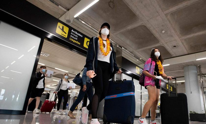 Na zdjęciu: turyści na lotnisku w Palma de Mallorca na Balearach.