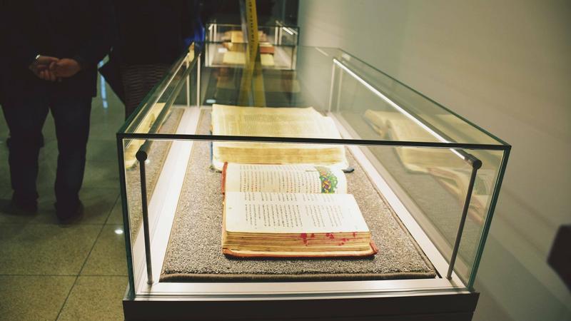 """Zdjecie z wernisażu wystawy """"Od pergaminu do E-Biblii"""""""