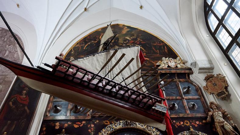 Rzeźba Herbu Polski z 1596 r. w Dworze Artusa w Gdańsku