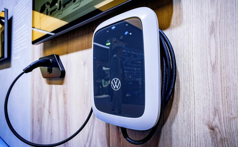W najbogatszej wersji ładowarka ID.Charger Pro może się łączyć z innymi urządzeniami cyfrowymi i ma wbudowany licznik energii