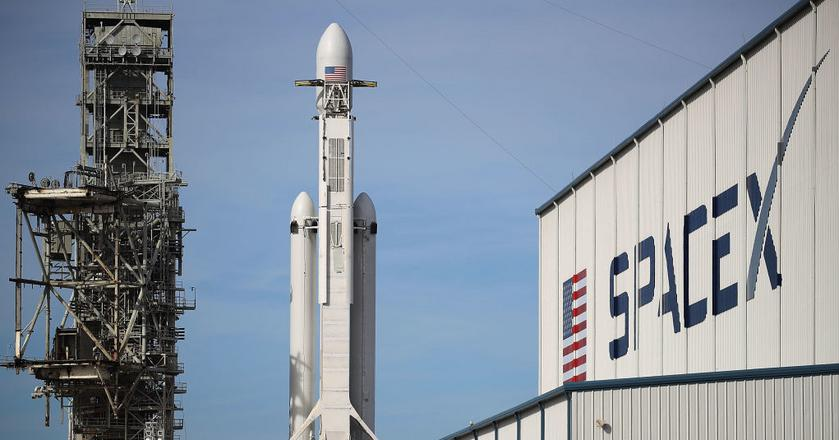Przyzwyczailiśmy się już do tego, że rakiety SpaceX bez żadnych problemów wynoszą satelity na orbitę. Czy dołączy do nich Falcon Heavy?