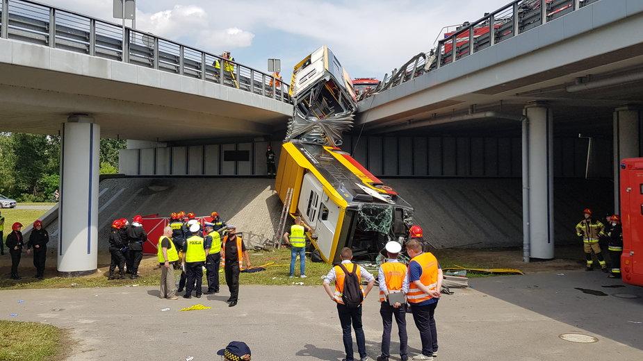 25 czerwca autobus komunikacji miejskiej spadł z wiaduktu w Warszawie