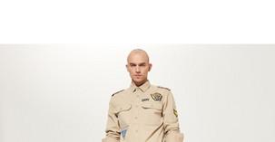 7a834668ab Ogolony na łyso facet i koszula jak z munduru hitlerowca. Reserved  przeprasza