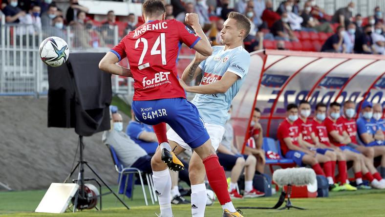 Piłkarz drużyny Raków Częstochowa Zoran Arsenić (L) i Dominik Steczyk (P) z zespołu Piast Gliwice podczas meczu Ekstraklasy, na obiekcie MSP Raków