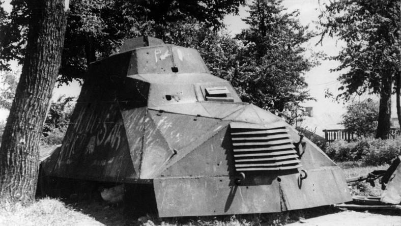 """W czasie Powstania Warszawskiego żołnierze zbudowali chyba najsłynniejszy polski samochód pancerny """"Kubuś"""" - auto powstało na bazie jednej ciężarówek Chevroleta. Elektrownia przekazała powstańcom chevroleta 155, którego przedsiębiorstwo kupiło tuż przed wojną..."""