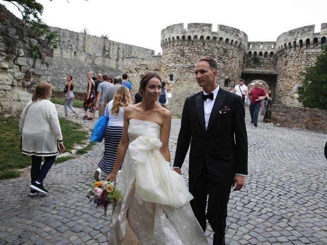BRAVO ZA MLADU Kad je podigla venčanicu, Jelena je pokazala DETALJ koji će oduševiti mnoge žene u Srbiji
