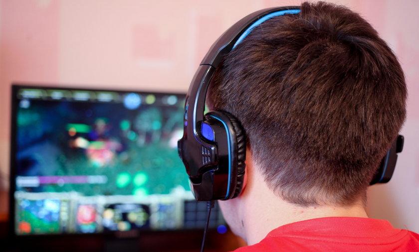 Chłopak gra w grę na komputerze