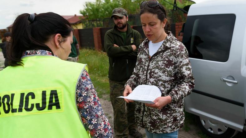 Dyrektorka poznańskiego zoo Ewa Zgrabczyńska rozmawia z policją