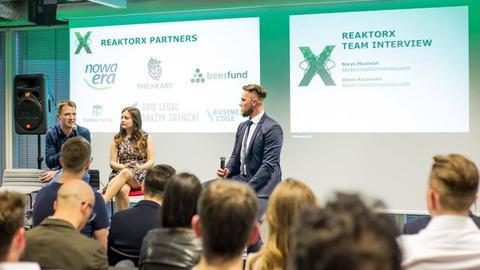 W ramach programu preakceleracyjnego startup otrzymuje indywidualnego mentora, który przez 10 tygodni pomaga mu rozwijać produkt