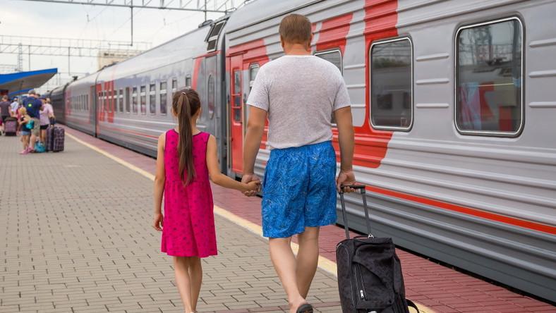 Ojciec odprowadza córkę na pociąg. Dworzec kolejowy. Wyjazd