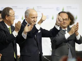 French President Francois Hollande and UN Secretary-General Ban Ki-moon react during the final plena