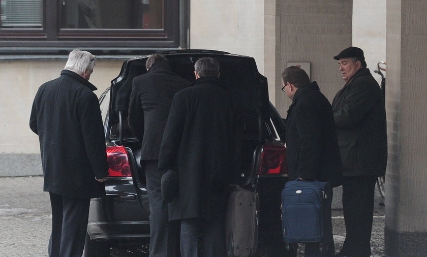 Posłowie wyjeżdżają spod Sejmu