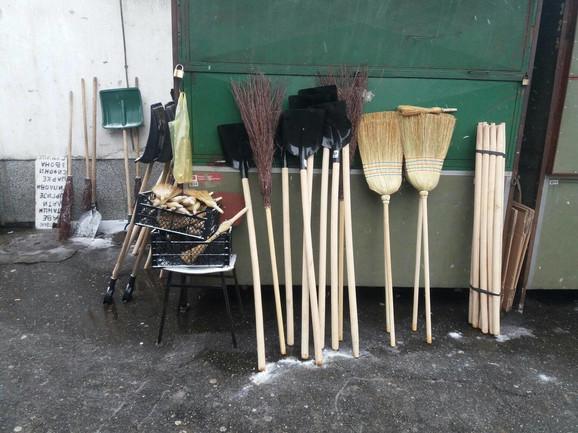 Metle i lopate u borbi protiv snega