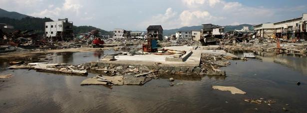 Domy zniszczone 11 marca przez trzęsienie ziemi i tsunami w mieście Kesennuma w Japonii. Zdjęcie z 13 lipca 2011 roku.