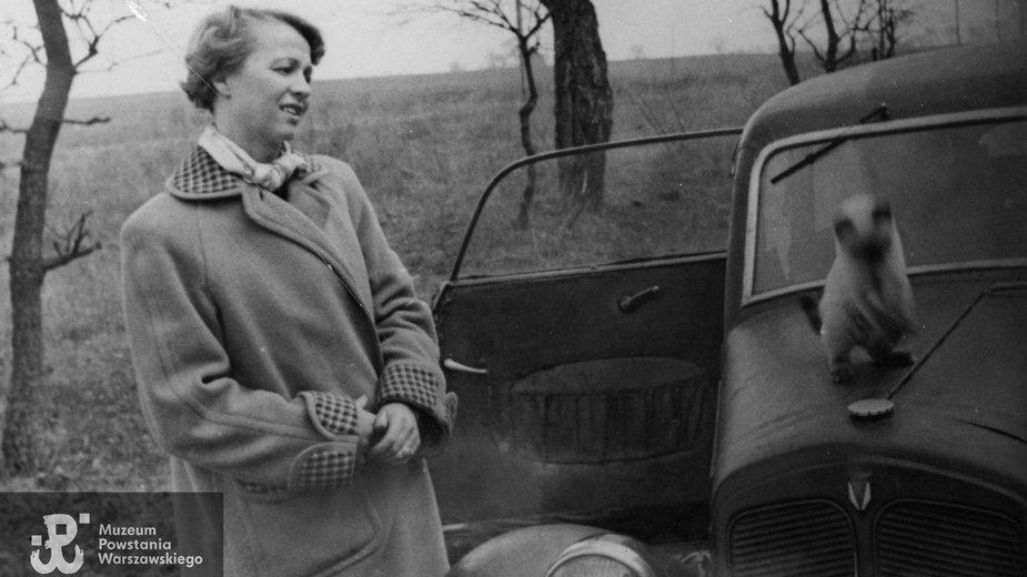 Zofia Ścibor-Rylska przy samochodzie marki DKW, lata 50. XX wieku