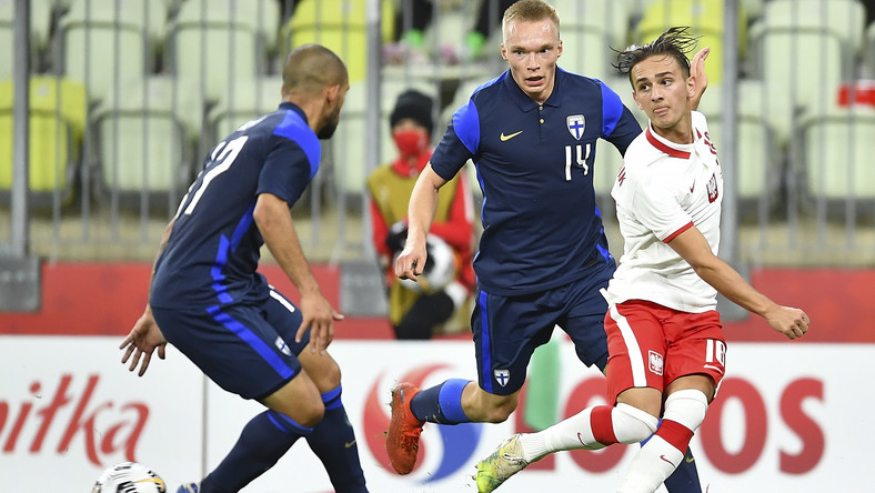 Zawodnik piłkarskiej reprezentacji Polski Michał Karbownik (P) oraz Ilmari Niskanen (C) i Nikolai Alho (L) z Finlandii podczas towarzyskiego meczu na stadionie Energa w Gdańsku